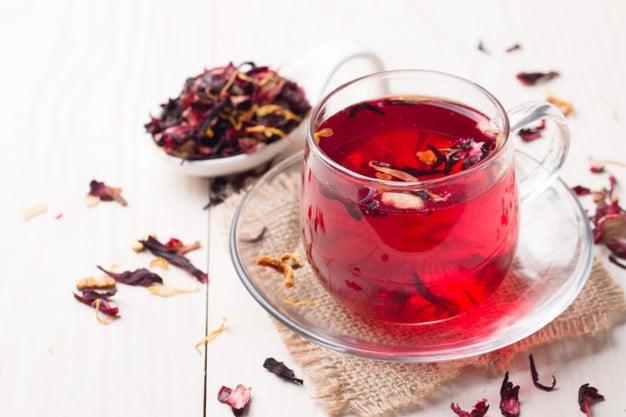 Thưởng thức trà hoa atiso đỏ